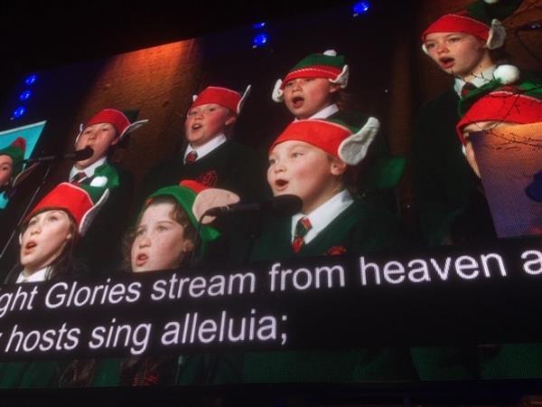 Cór na scoile ag ceol ag Halla na Cathrach! School Choir singing at turning on of Christmas Lights at City Hall!